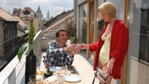 Ab und zu nehmen sich Max und Lucy Zeit für ein Frühstück auf dem Balkon....