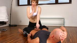 Marcy Lee macht dich fit Marcy ist Fitnesstrainerin und bekommt so manches zu sehen. Diesmal hat sie einen scheinbar ...