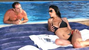 Poolfick mit Roxy Taggart Wenn die Sonne scheint dann will sie gefickt werden. Zu einem geilen Fick am Pool lässt sich Roxy ...