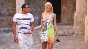 Teena ist als Touristin in Ibiza-Stadt unterwegs und verzweifelt auf der Suche...