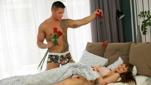 Romantische Momente Eine wunderschöne Frau liegt in deinem Bett, nur leicht bekleidet. Du lässt Rosenblätter auf sie ...