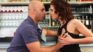 Kristine versucht sich als Barkeeper Geiles Bewerbungsgespräch in der Cocktailbar. Kristine bewirbt sich in einer Bar um Cocktails zu ...