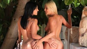 Heiße Lesbenspiele Heisse Girls im Urlaub treiben es zusammen. Die Sonne brennt heiß in Spanien, da kann eine kleine ...