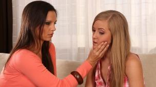 Ms. Angel ist schockiert über die kleine Babysitter-Schlampe die sie in ihrem...